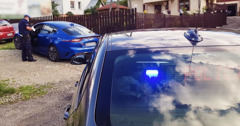 policjant grupy SPEED podczas kontroli pojazdu